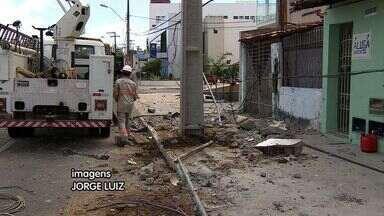 Carro desgovernado arranca poste no Bairro Jardins - Carro desgovernado arranca poste no Bairro Jardins.