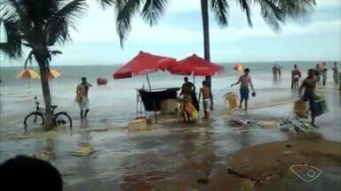 Mar fica agitado e moradores se assustam em Vila Velha, ES - Fenômeno acontece todos os meses, quando o sol e a lua estão alinhados com a terra.
