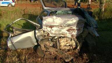 Cinco pessoas morrem em acidente grave na BR-369 no oeste do estado - Dois carros bateram de frente na rodovia entre Cascavel e Corbélia; muitos feridos ficaram presos às ferragens.