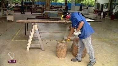 Marcenaria no Amazonas reaproveita madeira para produzir móveis artesanais - Fabricio Battaglini mostra o trabalho dos alunos da marcenaria escola, que produz móveis de marcheteria com design moderno e até premiado