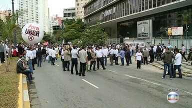 Taxistas protestam contra regulamentação de aplicativos em SP - Taxistas bloquearam o viaduto Jacareí, no Centro de São Paulo, na manhã desta quarta-feira (27), segundo a Polícia Militar. O grupo protesta contra projeto de lei que deve regulamentar aplicativos de caronas e compartilhamento de carros.