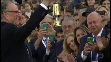 Grécia entrega ao Brasil a chama olímpica - Chama passará a noite na embaixada Brasileira, na Grécia, e chega ao Brasil dia 03/05/2016