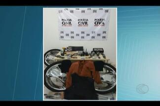 Presos em Uberlândia suspeitos de roubar carros e tentar explodir caixas - Cinco criminosos foram pegos pela Polícia Civil e levados para o presídio.Investigação era feita há cerca de 2 meses; materiais foram apreendidos.