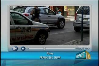 Telespectador flagra viatura da PM estacionada em vaga para deficientes em Nova Serrana - PM informou que os policiais que estavam na viatura participavam de uma fiscalização.