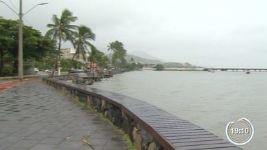 Duas balsas ficaram cerca de 6 horas presas no mar - Vento de até 70 km/h paralisou a travessia entre Ilhabela e São Sebastião.