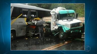Acidente grave deixa mortos, feridos e interdita BR-040, na Zona da Mata - Batida entre quatro veículos deixou pelo menos cinco mortos, segundo PRF.A rodovia está interditada nos dois sentidos para o atendimento às vítimas.
