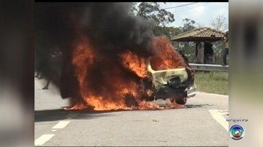 Justiça condena suspeito de incendiar carro de polícia em São Roque - A Justiça condenou a seis anos e oito meses de prisão, em regime fechado, Gabriel Pirone dos Santos, que incendiou um carro da Polícia Militar durante um protesto contra o uso de animais em pesquisas de laboratório, na rodovia Raposo Tavares, em São Roque (SP).
