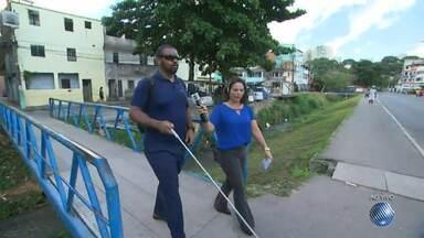 Reportagem faz percurso com cego para mostrar as dificuldades de acessibiliade e locomoção - Confira as dificuldades e superações que os deficientes enfrentam nas ruas da cidade.