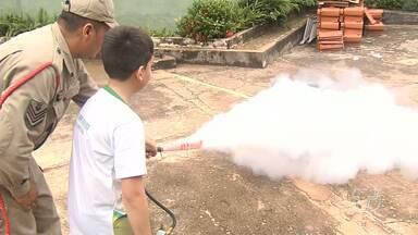 Crianças recebem treinamento sobre como agir em casos de incêndios - Aula prática foi oferecida pelo Corpo de Bombeiros.