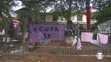 Estudantes ocupam mais uma escola em protesto contra escândalo da merenda - Estudantes do Ensino Médio, que já tinham ocupado a sede de uma escola técnica de São Paulo esta semana, entraram em outra escola hoje de madrugada.