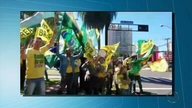 Movimento a favor do impeachment de Dilma fizem manifestação em avenida de Campo Grande - Cerca de 50 pessoas participaram agitando bandeiras para chamar a atenção dos motoristas no Centro de Campo Grande.