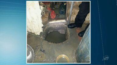 Agentes penitenciários encontram buraco em cela de presídio no Ceará - De acordo com a Sejus, tambores escondiam a água e a terra.