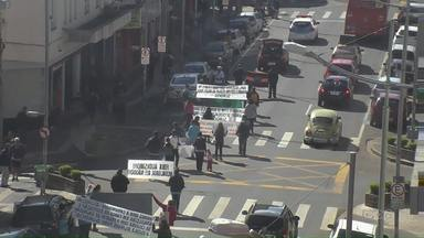Associação pede escola bilíngue, em passeata - Caminhada foi no Centro de Ponta Grossa. Associação atende pessoas surdas.