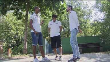 Em família e entrosados, Victor Ferraz e Braz lideram o Santos em nova final - Lateral-direito e zagueiro do Peixe, a convite do Globo Esporte, passeiam com famílias no Orquidário de Santos pela primeira vez