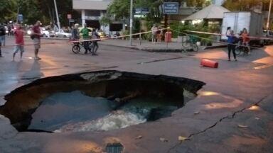 Cratera se abre em Ipanema por causa de vazamento de esgoto - A Cedae faz o reparo na tubulação de esgoto e a previsão é que o conserto termine nessa madruagada (1).