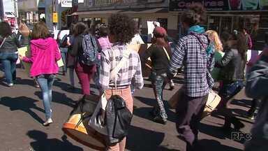 Hoje teve a terceira Marcha das Vadias em Guarapuava - O grupo se reuniu na praça Cleve e percorreu a XV de Novembro em direção ao Terminal da Fonte. O movimento é contra o machismo, a homofobia e o racismo.