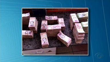 Alagoano é preso no interior do Ceará por evasão de divisas - Foi encontrado pela Polícia Rodoviária Federal, dentro de um ônibus, com dinheiro venezuelano em uma mala, a quantia foi avaliada em R$ 350 mil.
