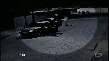 Motorista é espancado até a morte por quatro homens após uma briga de trânsito, em Avaré - As cenas foram gravadas por uma câmera de segurança.