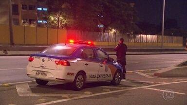 Bom Dia Rio percorre Linha Amarela para verificar policiamento - A equipe de reportagem percorreu a via expressa e encontrou alguns carros da PM, mas a maioria estava vazio. No Tanque, um policial foi visto.