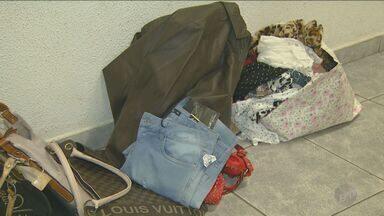 Suspeitos são presos por furtar roupas de shopping em Campinas - Os suspeitos tiraram o alarme para conseguirem levar os produtos.