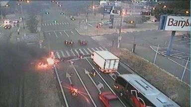 Manifestantes bloqueiam Rodovia Zeferino Vaz - O grupo colocou fogo no caminho.
