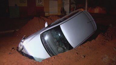 Motorista cai com o carro em buraco de obra em Ribeirão Preto, SP - Acidente aconteceu no bairro Antônio Palocci. O motorista ficou ferido e foi socorrido pela família até a Unidade de Saúde do Quintino II.