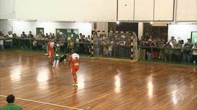 Jundiaí e Mairinque empatam no jogo de ida final da Copa TV TEM - A primeira partida da final da Copa TV TEM na categoria masculina, mostrou o equilíbrio desta decisão. Jundiaí e Mairinque empataram em 3 a 3 na noite desta segunda-feira e agora decidem o título na próxima quinta-feira, em Mairinque. Pelo feminino, Jundiaí e Itu se garantiram na final.
