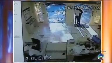 Agência dos Correios é assaltada pela segunda vez na semana - A agência dos Correios de Presidente Alves (SP) foi assaltada pela segunda vez em menos de uma semana. O primeiro crime ocorreu na quinta-feira (5), quando uma dupla armada rendeu uma funcionária e fugiu com aproximadamente R$ 2 mil. Câmeras de segurança registraram a ação e as imagens foram divulgadas nesta terça-feira (10).