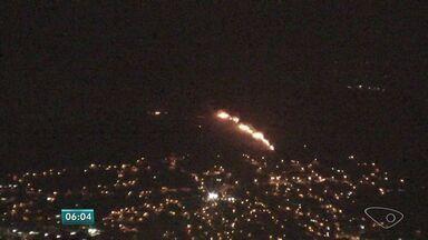 Incêndio atinge o morro da Fonte Grande em Vitória - Chamas começaram nesta segunda-feira (9).