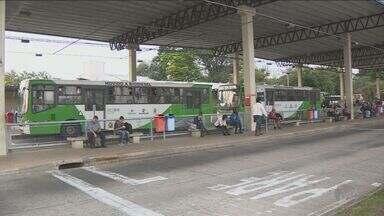 Motoristas de ônibus da região fazem paralisação - Por conta do protesto, eles atrasaram 2 horas para sair com os veículos.