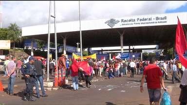 Manifestantes contra o Impeachment fecham a entrada da Itaipu e a Ponte da Amizade - Em Foz do Iguaçu, escolas também foram invadidas por alguns manifestantes