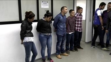 Polícia prende colombianos que roubavam celulares no metrô, em SP - Muitas pessoas se distraem com o celular no metrô. Uma quadrilha internacional que se aproveitava da falta de atenção dos passageiros foi presa nesta quarta-feira (11).
