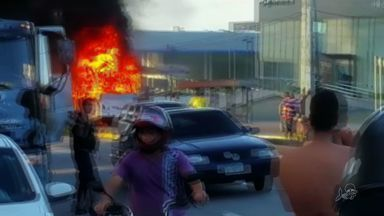 Manifestantes incendeiam ônibus na Av. Washington Soares, em Fortaleza - Conforme PRF, o ato foi em represália ao atropelamento de um ciclista.