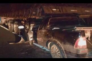Acidente na BR-365 mata dois passageiros de veículo em Varjão de Minas - Veículo de passeio bateu na traseira de caminhão. Motorista foi levado ao Hospital Regional de Patos de Minas.