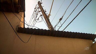 Poste cai em cima de casa em Fortaleza - Apesar do susto, ninguém ficou ferido.