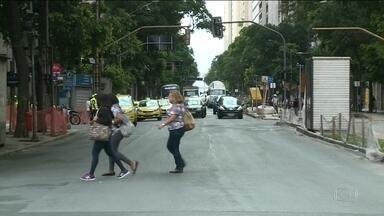 Começou, nesse sábado, nova etapa de mudanças no trânsito, no Centro - A avenida Rio Branco foi reaberta e 180 linhas tiveram mudanças nos trajetos. Passageiros voltaram a reclamar de falta de informações.