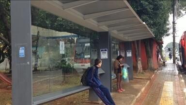 Prefeitura diz que mais de 6 mil abrigos de ônibus foram instalados na capital - Há lugares em a Prefeitura diz que o abrigo instalado, mas na verdade o abrigo não está lá. A Prefeitura disse que sempre faz a manutenção dos abrigos para deixar tudo mais limpo e tirar aquelas propagandas que são coladas.