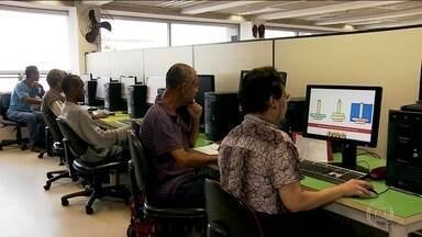 Internet ajuda quem tem mais de 60 anos a diminuir as distâncias - Acessar as redes sociais, conversar pelo computador com os amigos e parentes estão entre as atividades que as pessoas acima dos 60 anos mais querem fazer parte.