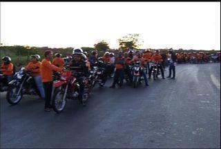 """Romeiros fazem """"motorromaria"""" de Juazeiro do Norte a Canindé, no Ceará - Romeiros fazem """"motorromaria"""" de Juazeiro do Norte a Canindé, no Ceará"""