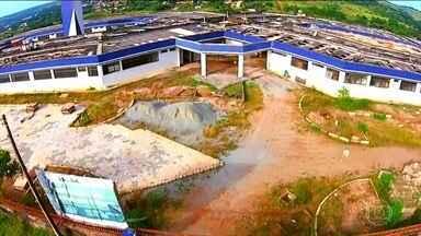 Hospital em Goiás está em construção há 15 anos - Hospital fica na cidade de Santo Antônio do Descoberto. A unidade de atendimento de pacientes com doenças mais complexas ajudaria a desafogar as filas em Brasília e municípios vizinhos.