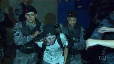 Polícia retira à força estudantes de Secretaria de Educação do Rio de Janeiro - Policias do Batalhão de Choque da PM retiraram à força um grupo de estudantes que ocupava a Secretaria de Educação no Rio. Houve tumulto durante a desocupação.