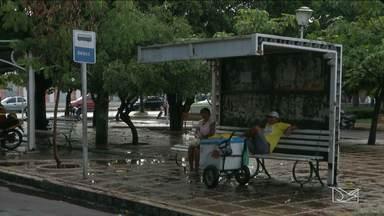 Quem precisa esperar pelo transporte público enfrenta dificuldade em Caxias, MA - Quem precisa esperar pelo transporte público no Centro de Caxias (MA) enfrenta dificuldades.