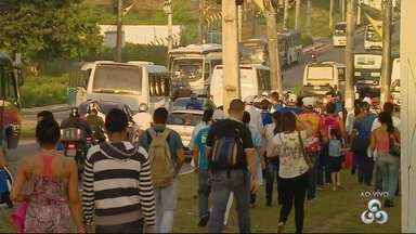 Motoristas do transporte especial fazem manifestação em Manaus - Ato reuniu coletivos em rotatória na Zona Leste.Avenida Autaz Mirim ficou congestionada.