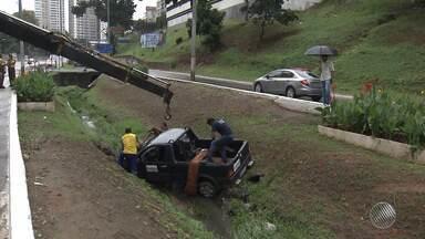 Veículo cai em canal no Vale do Canela, em Salvador - Testemunhas relataram que o acidente aconteceu após o motorista tentar desviar de um bueiro. Apesar do susto, ninguém se feriu.