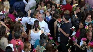 Milhares de pessoas vão à igreja comemorar o dia de Santa Rita de Cássia em Sorocaba - A celebração das rosas levou quase quatro mil pessoas à igreja de Santa Rita de Cássia, em Sorocaba (SP). Uma homenagem ao dia da santa das causas impossíveis, como é conhecida. A comemoração foi marcada pela devoção dos fiéis e muita emoção.