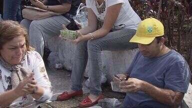 Servidores de Cubatão fazem refeições sentados no chão para protestar - Servidores de Cubatão arrumaram uma maneira inusitada de mostrar as dificuldades que estão passando. Eles levaram marmitas e fizeram refeição, sentados no chão, como forma de protesto.