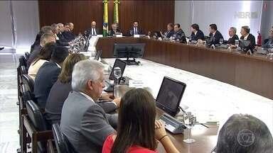 Governo apresenta plano para limitar os gastos públicos - Junto da meta fiscal, o governo apresentou os contornos de um plano para limitar o crescimento dos gastos públicos, considerado o problema número um das contas brasileiras.