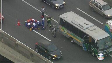 Motocicleta e micro-ônibus se envolvem em acidente na Ponte Rio-Niterói - O motociclista bateu na traseira de um micro-ônibus na pista sentido Rio de Janeiro. Uma faixa está interditada ao tráfego no local do acidente. O trânsito é complicado na região.