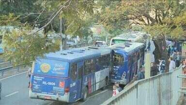 Acidente envolve três ônibus e deixa 20 feridos em Campinas - Após a colisão, houve bastante congestionamento na região.