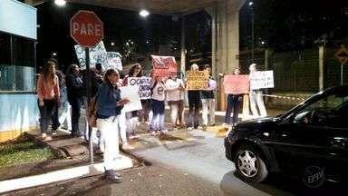 Estudantes fazem protesto na USP de Ribeirão Preto, SP - Manifestação foi contra cortes na educação, tercerizações, pediram por cotas raciais, mais moradias e bolsas de estudo.